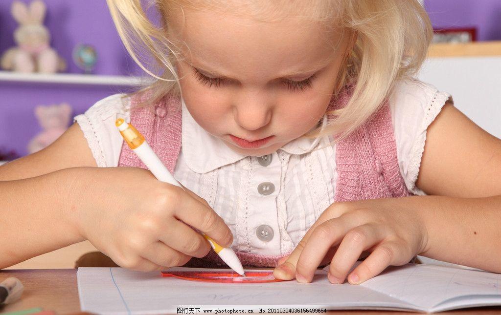 想问题 思考 国外小学生 小学生 小女孩 小女生 小同学 学习 可爱的小