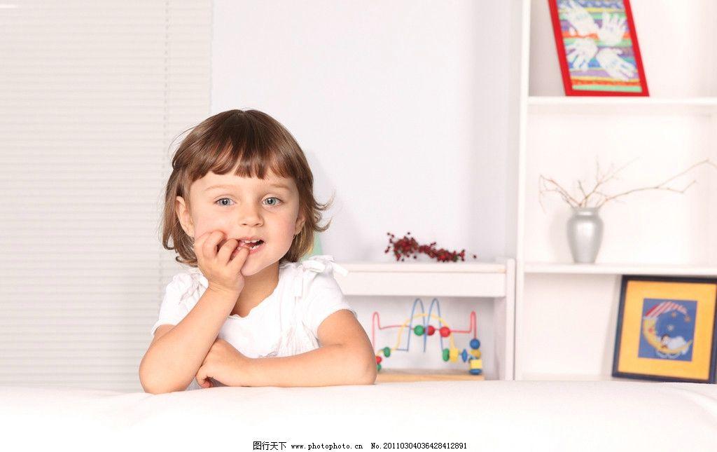 天真的小女孩 开心的小女孩 快乐的小女孩 玩耍 可爱 调皮 国外小女孩