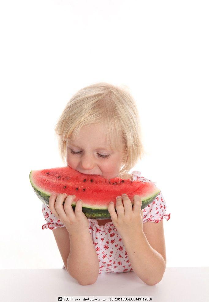 开心的小女孩 小女孩 吃西瓜的小女孩 吃西瓜 可爱 可爱的小女孩 国外