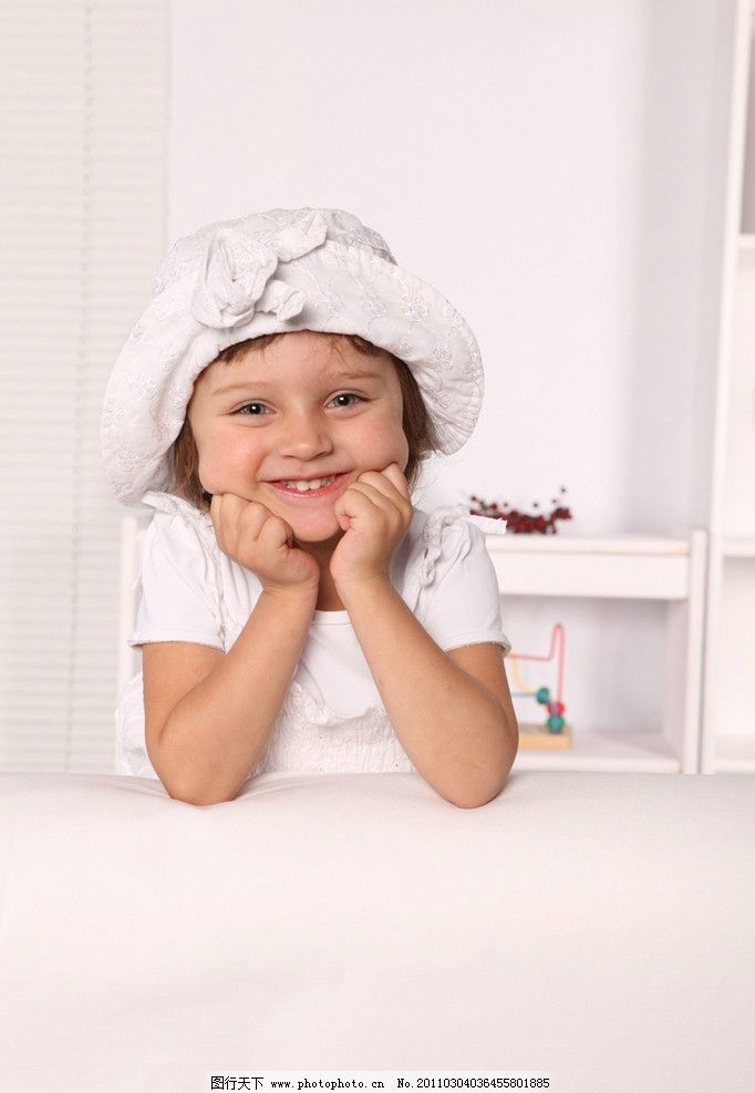 天真可爱的小女孩图片