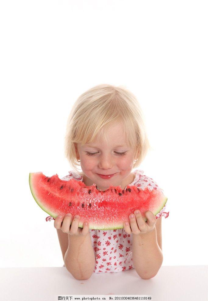 小女孩吃西瓜图片