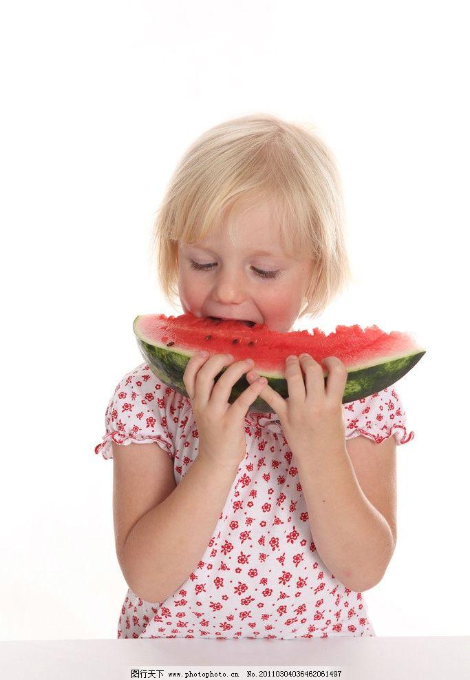 国外小女孩 小女孩吃西瓜 快乐的小女孩 吃西瓜的小女孩 天真 可爱的