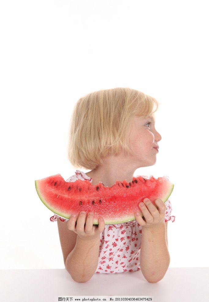 小女孩 快乐的小女孩 吃西瓜 微笑 笑容 开心 开心的小女孩 可爱的小