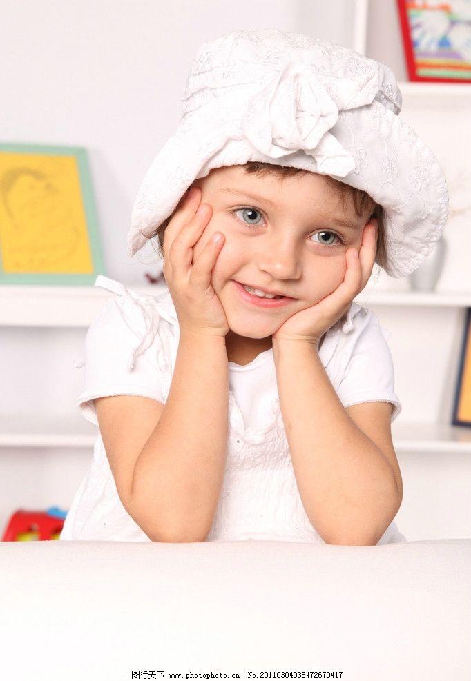 快乐的小女孩 小女孩 玩耍 开心的小女孩 可爱的小女孩 国外小女孩 婴儿 宝宝 微笑 笑容 开心 外国小女孩 女孩 国外儿童 儿童 幼儿 儿童幼儿高清图片 儿童幼儿 人物图库 摄影 300DPI JPG