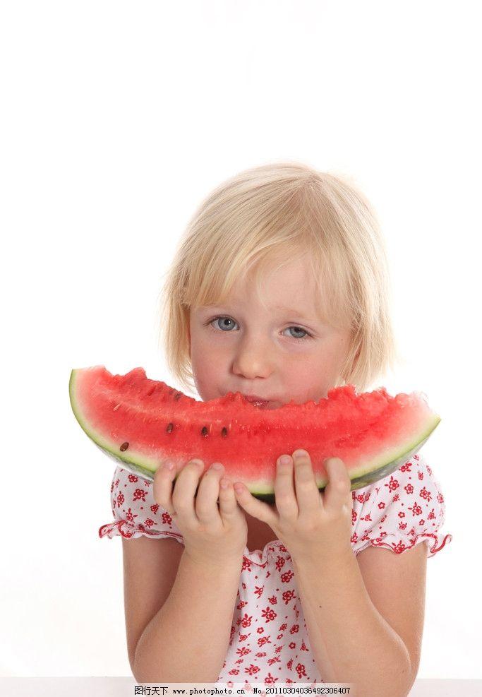 天真的小女孩图片,吃西瓜的小女孩 可爱 可爱的小女孩