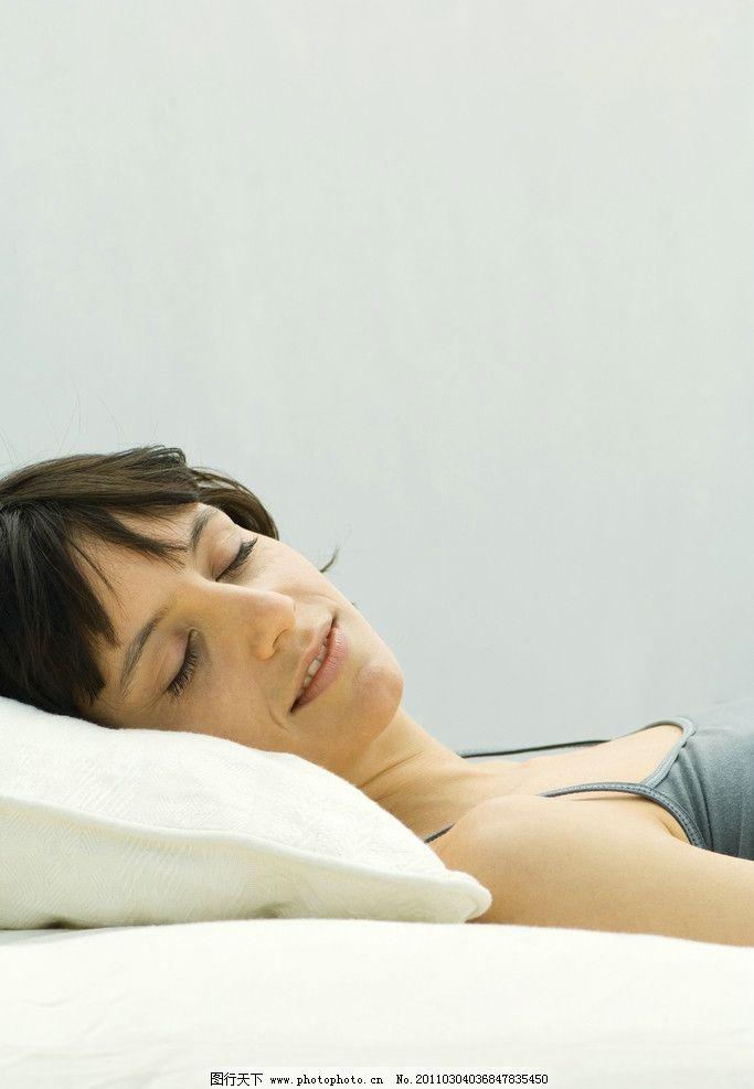 躺着睡觉的女人图片