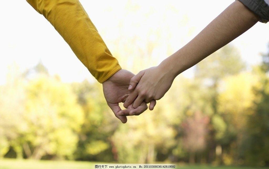 幸福甜蜜情侣拉着的手 情侣手 手拉手 幸福 甜蜜 快乐 人物手势 日常