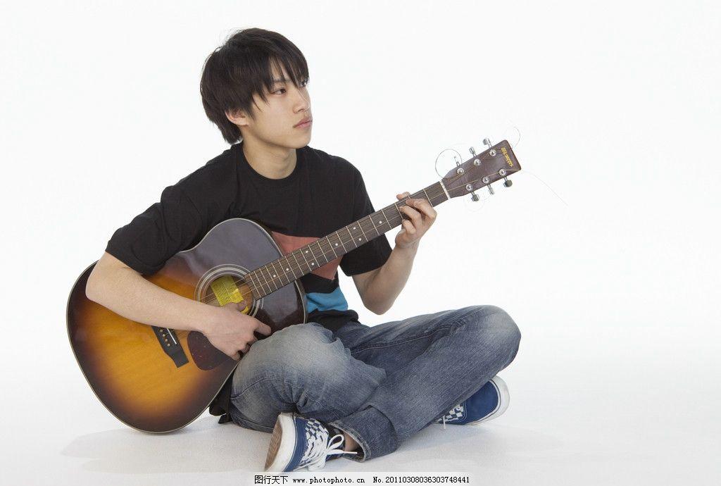 弹吉他的帅哥图片
