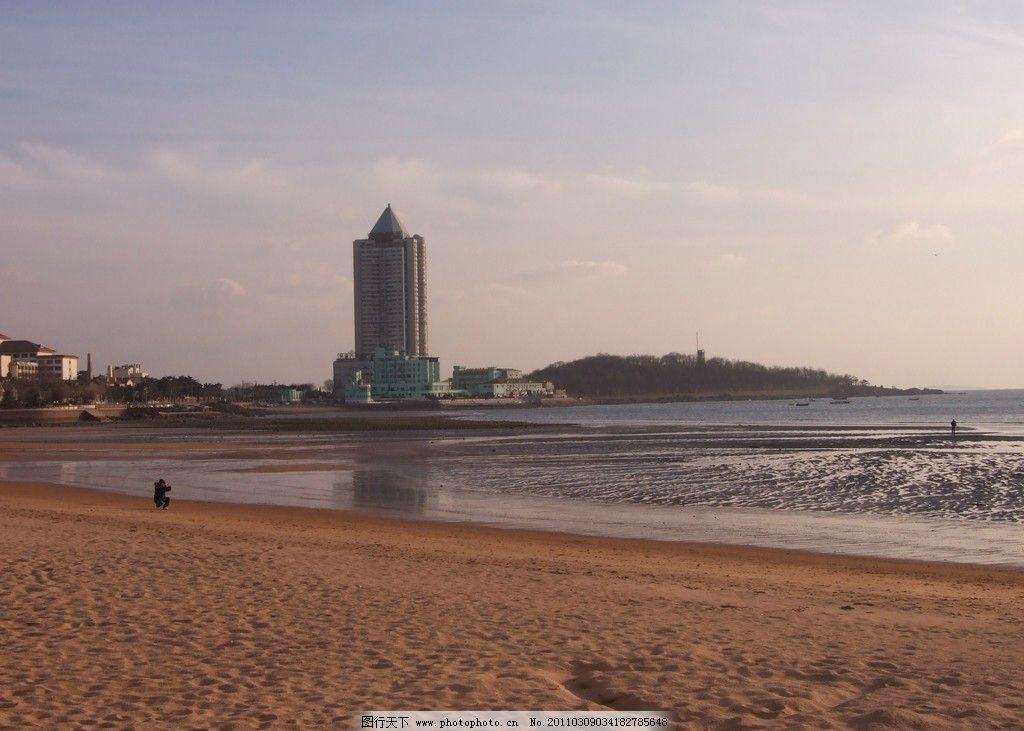 海边一景 海滨美景 青岛海滨 海湾 海水 沙滩 远处大厦 楼房