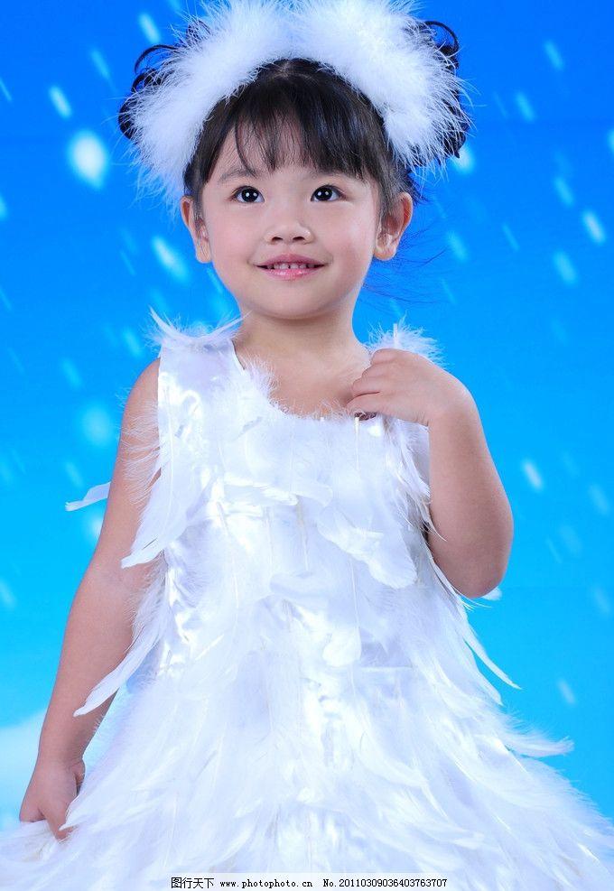 纯真可爱 鹅绒头饰 鹅毛裙 蓝色系背景 照相馆 艺术照 可爱的小孩