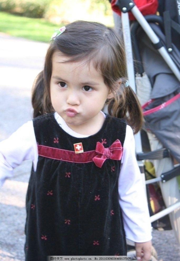 可爱 小女孩 小妹妹 女童 儿童 羊角辫 花发夹 长相漂亮 撅起小嘴