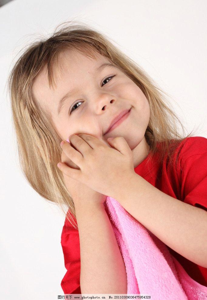 快乐的小女孩 微笑 笑容 开心 开心的小女孩 洗脸 可爱的小女孩