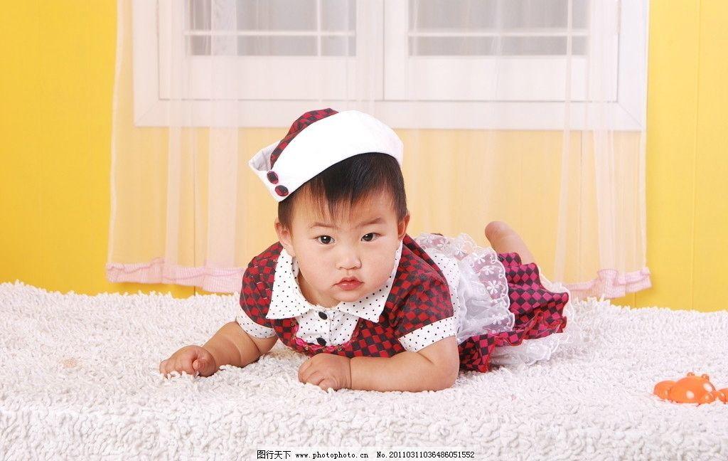 可爱宝宝 戴帽子的宝宝 爬着的宝宝 毛毯 儿童幼儿 人物图库 摄影