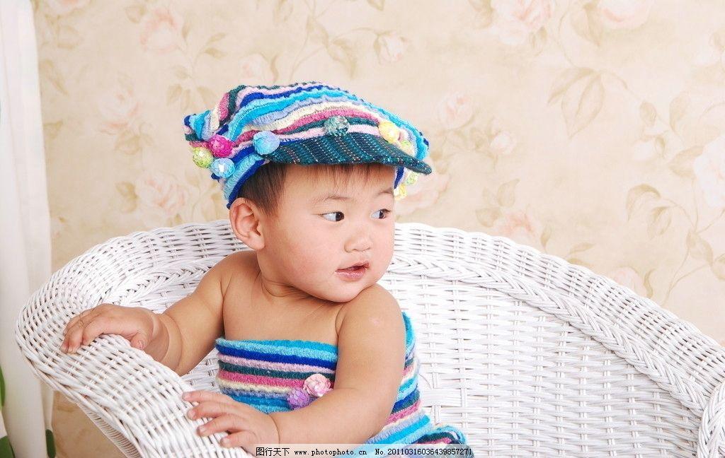超可爱宝宝 戴帽子的宝宝 坐在椅子上的宝宝 儿童幼儿 人物图库