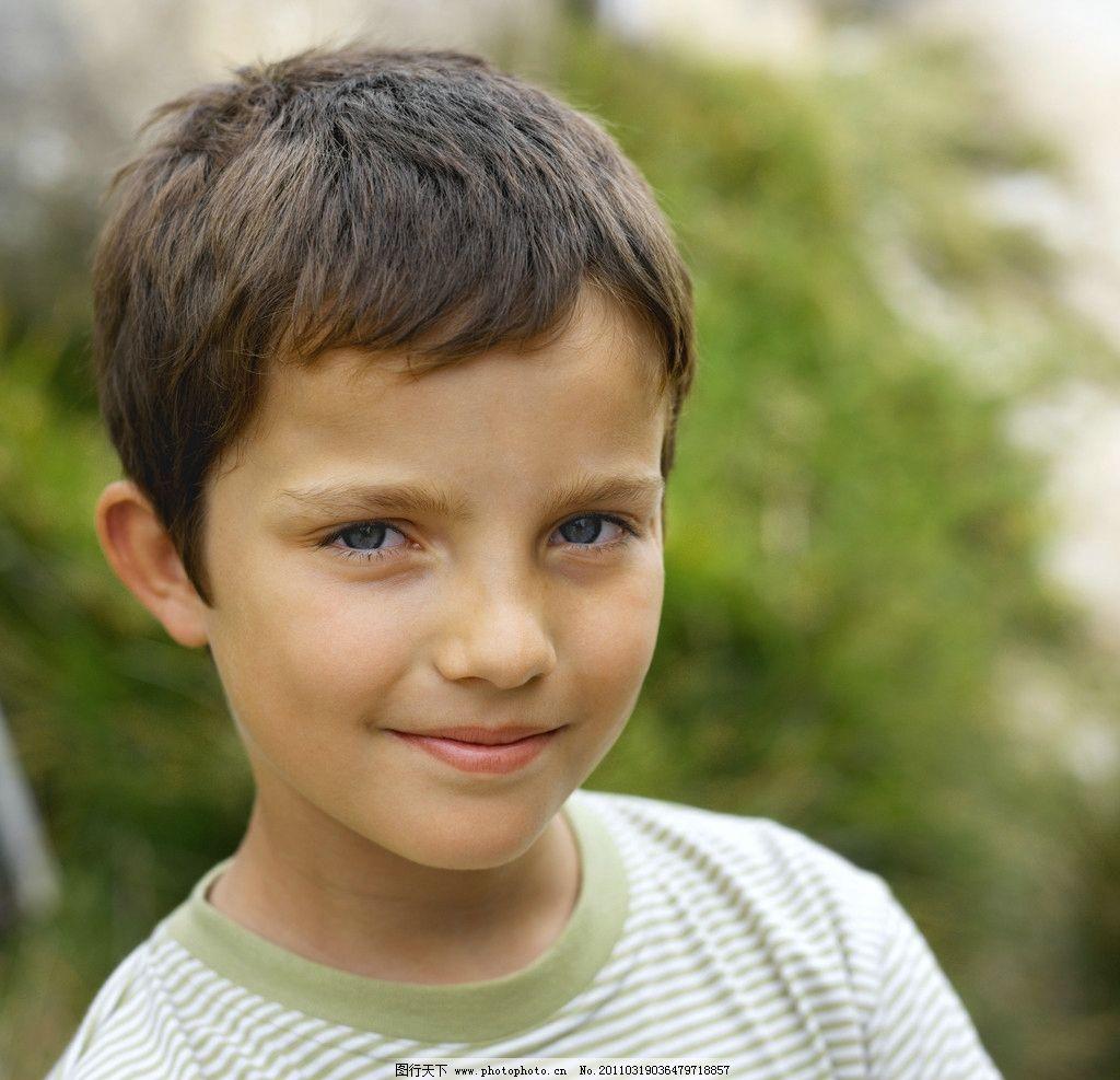 微笑快乐的小男孩图片