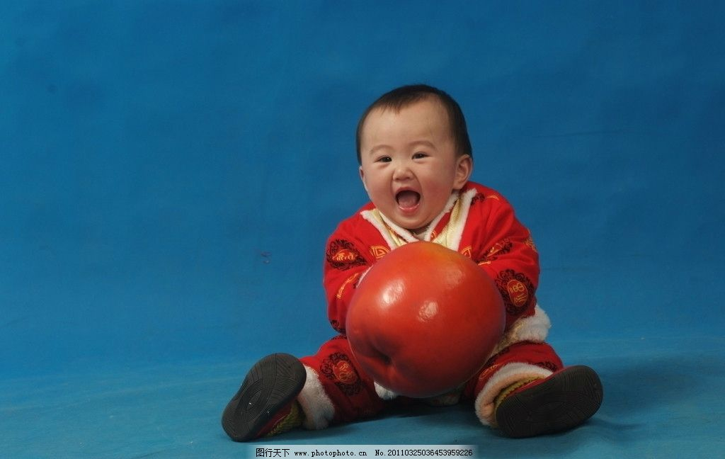 小孩 可爱活泼 可爱 女孩 唐装 蓝底 儿童幼儿 人物图库 摄影 72dpi
