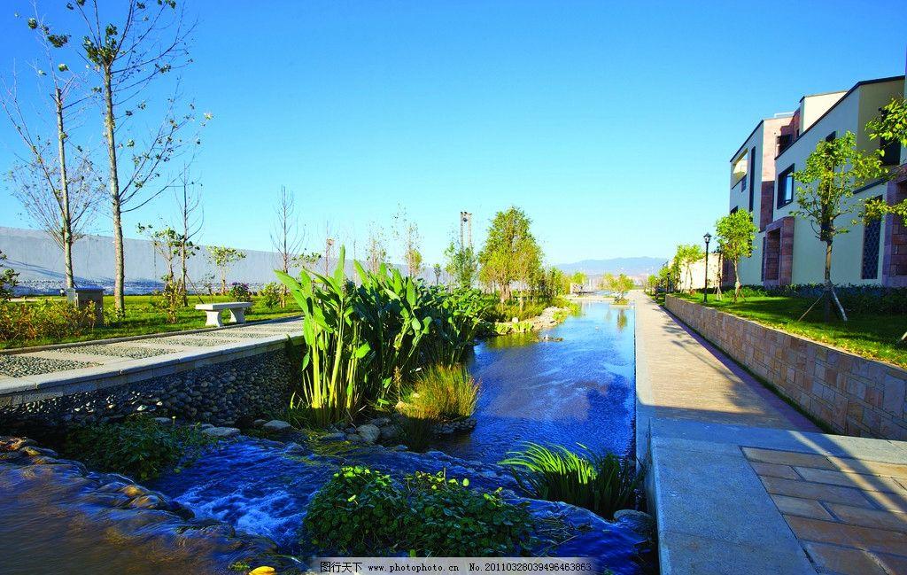 校园生态建筑景观_水景别墅 景观别墅 生态 房子 蓝天 流水 房产建筑摄影 建筑园林