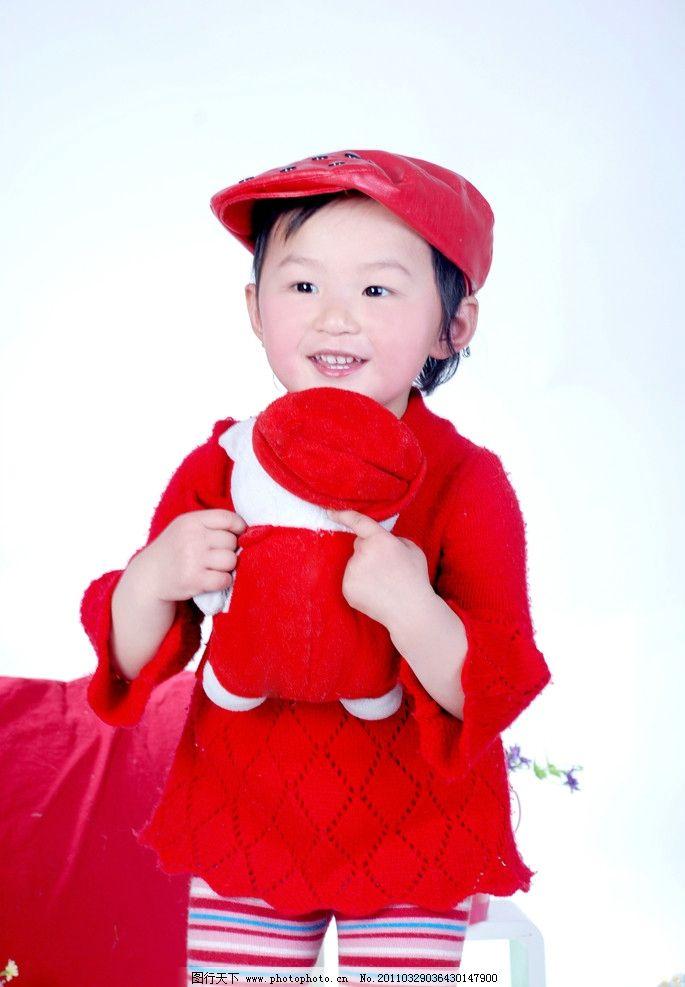 儿童艺术照 儿童 小女孩 可爱 艺术照 红靠垫 红毛衣 花斑裤 红色皮帽