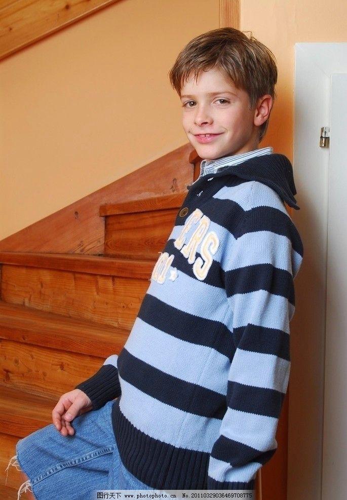 站在楼梯边微笑的男孩 小男孩 室内 条纹外套 可爱 西方男孩 欧美男孩