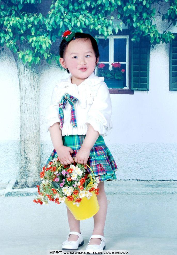 儿童艺术照 可爱 花篮 提篮 大树布景 白色衫衣 花格短裙 黄色桶