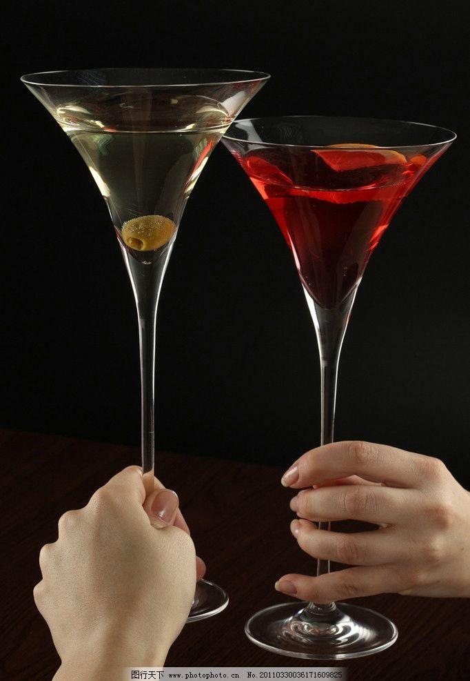 手部特写 酒 酒杯 节日素材 节日庆祝 饮料酒水 餐饮美食 人物高清图